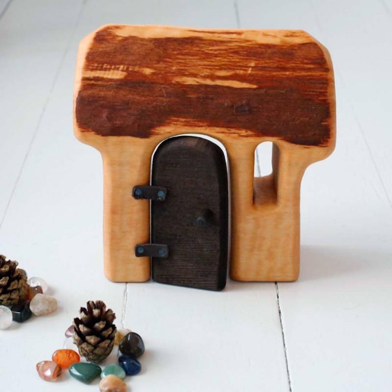 Holzhaus mit Borke und Tür von Bikeho