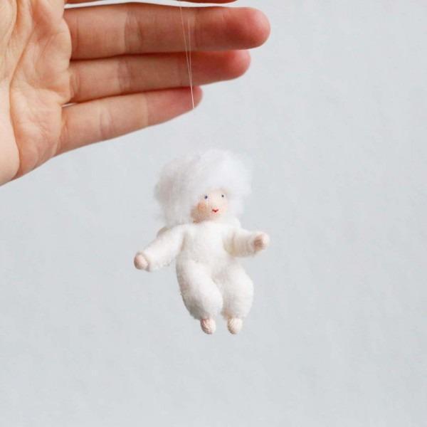 Filzpüppchen Schneeflockenkind hängend