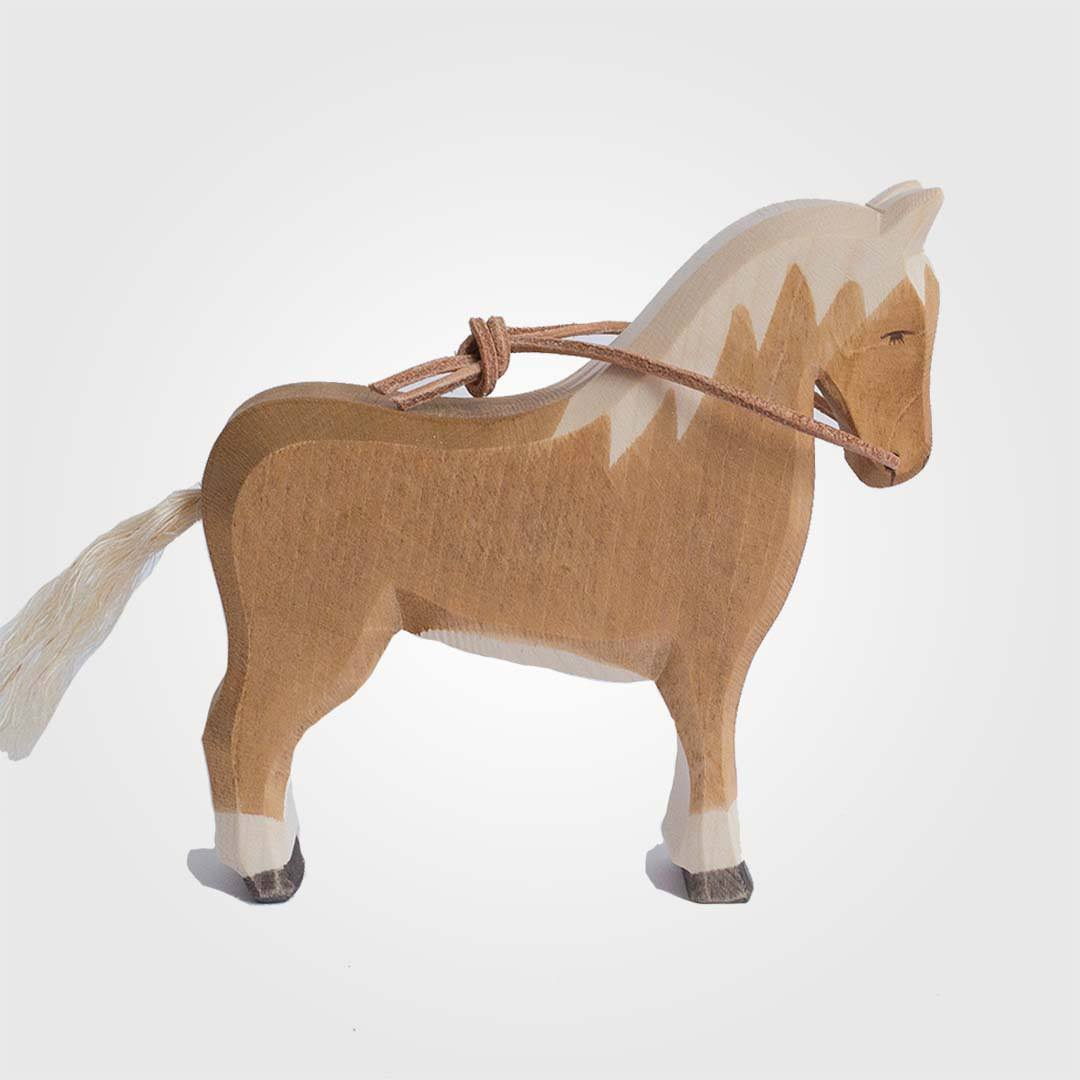 haflinger pferd aus holz mit lederz gel von ostheimer lila l mmchen onlineshop. Black Bedroom Furniture Sets. Home Design Ideas